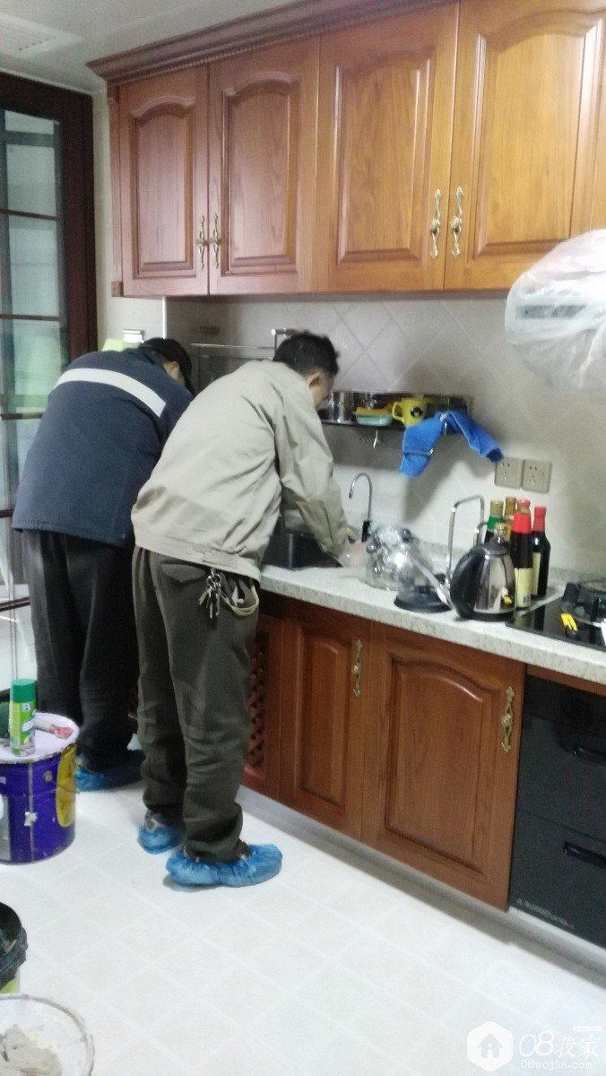 玻璃胶施工_两个师傅一起,洗菜盆因为打了玻璃胶,清理施工花了很长时间