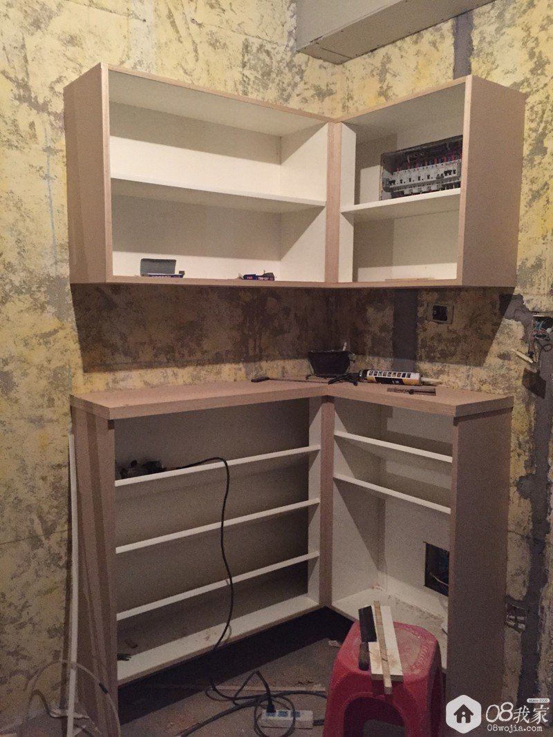 我家鞋柜原本是设计成上图高低柜的样子,折角处再做换鞋凳