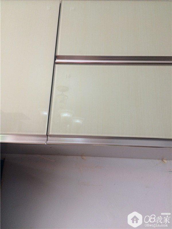这个看起来是钛晶板的面板其实是钢化玻璃面板(仔细看每个板子上都有CCC标志),比钛晶板便宜。