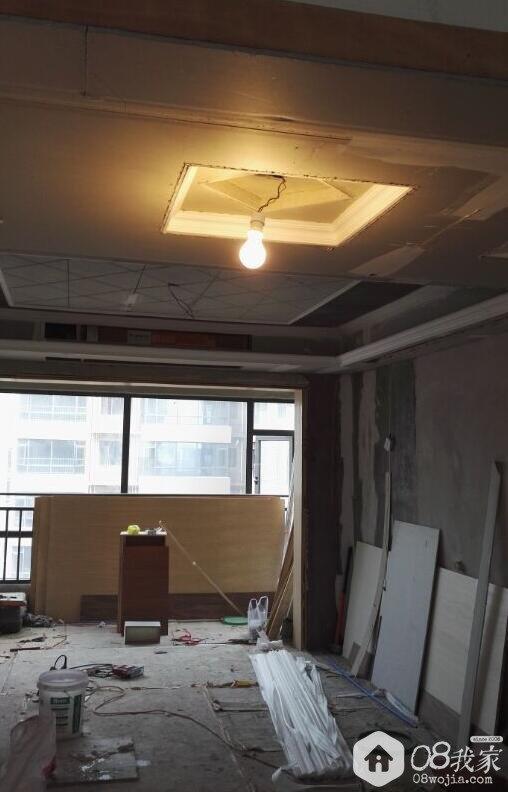 天花板中间造型无非是石膏线贴个框框,或者做个三字,井字,十字梁之类