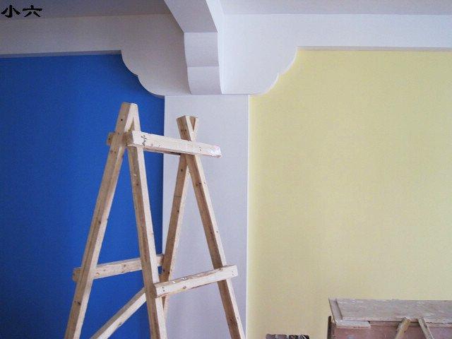 客厅与餐厅中间横梁处造型上漆分区效果