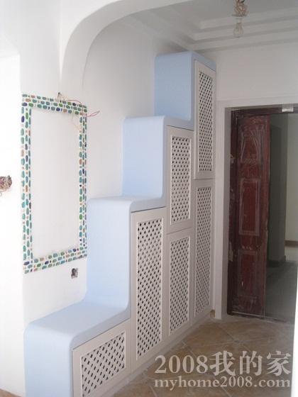 门口的鞋柜和马赛克镜框