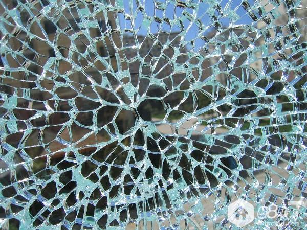 16  钢化玻璃碎裂的模样.jpg