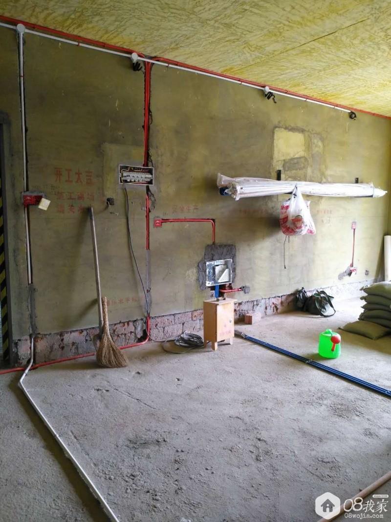 客厅沙发后面的水电