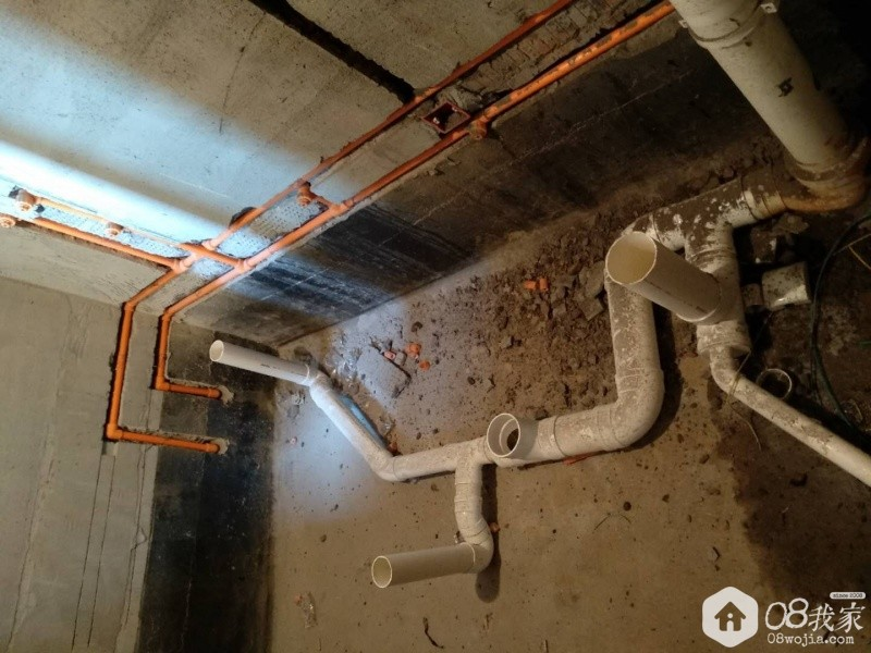 墙上开槽在开发商防水层上方,不破坏原始防水.jpg