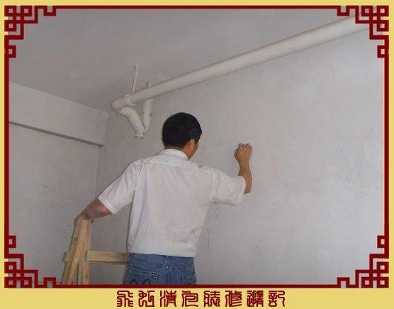 女儿房卧室顶上有水管,师傅在现场设计.jpg