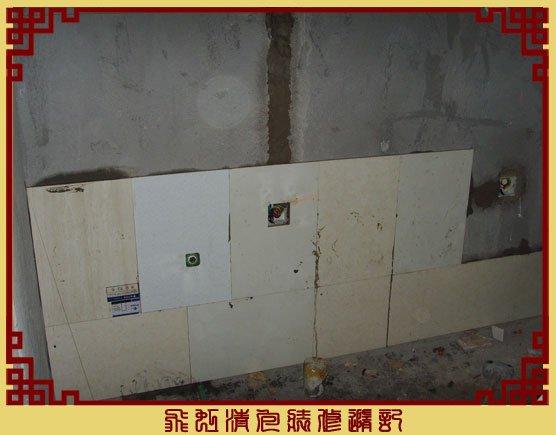厨房开始贴墙砖了,这里是被橱柜挡掉的地方,省点银子.jpg