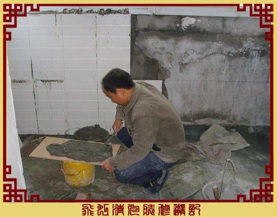 泥工唐师傅在贴阳台墙砖-08团购的萨米特瓷砖.jpg