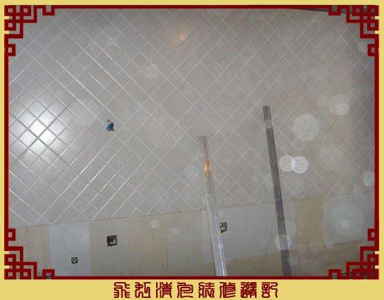 厨房一面墙的斜铺完成.jpg