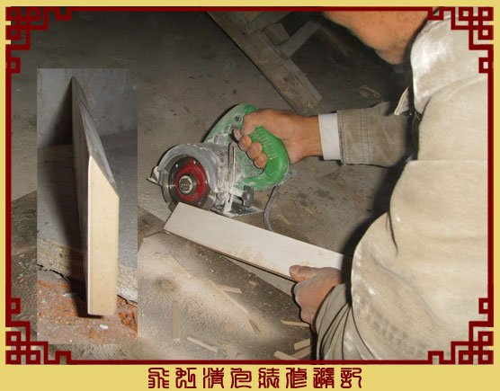 泥工师傅在磨瓷砖,磨出来的角.jpg