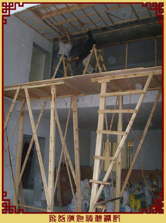 两位木工师傅在超高架子上吊顶.jpg